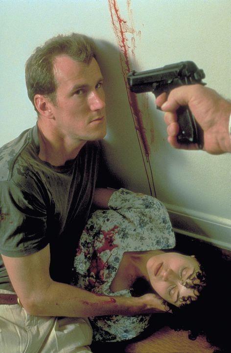 Um ihren Forderungen Nachdruck zu verleihen, erschießen die Verbrecher Sams (Frederick Deane, l.) Verlobte Cece (Delauné Michele, r.). Alles deutet...