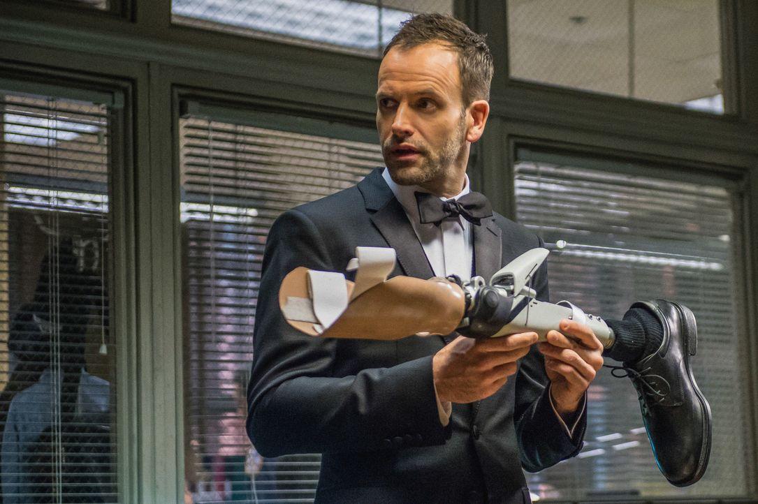 Er hat den siebten Sinn in Sachen Verbrechensaufklärung: Kaum nimmt Sherlock Holmes (Jonny Lee Miller) die Beinprothese eines Verdächtigen in die Ha... - Bildquelle: CBS Television