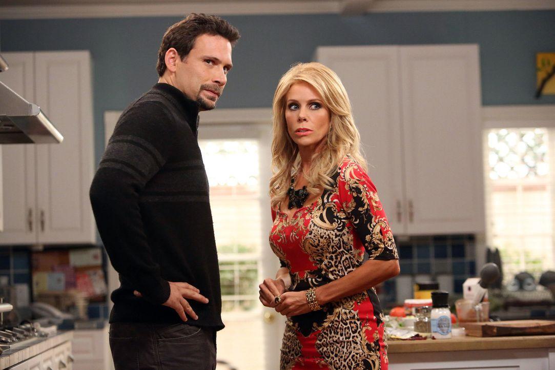 Sind von Alex' Besuch sichtlich überrascht: Dallas (Cheryl Hines, r.) und George (Jeremy Sisto, l.) ... - Bildquelle: Warner Brothers