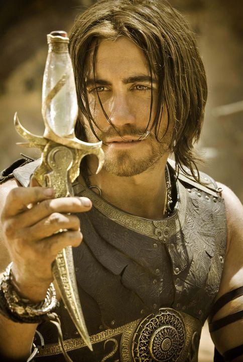 In den Kämpfen um Alamut fällt Prinz Dastan (Jake Gyllenhaal) ein ungewöhnlicher Dolch in die Hände, der in der Lage ist, den im Griff versteckt... - Bildquelle: Andrew Cooper, Jonathan Prime Disney Enterprises, Inc. and Jerry Bruckheimer Inc.  All rights reserved