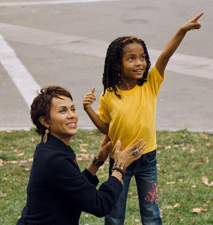 Für Finanzmanager Evan Danielson steht die Arbeit an erster Stelle - seine siebenjährige Tochter Olivia (Yara Shahidi, r.) bekommt zwangsläufig weni... - Bildquelle: 2009 BY PARAMOUNT PICTURES. ALL RIGHTS RESERVED
