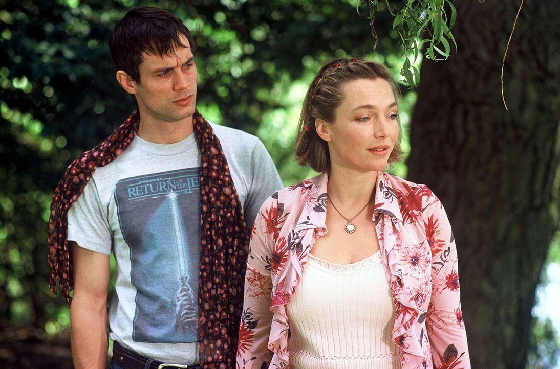 Amelie Schröder (Aglaia Szyszkowitz, r.) will nur eins: ihren Angebeteten Ben (Ralf Bauer, l.) heiraten. - Bildquelle: Krumwiede Sat.1