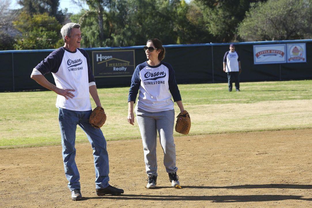 Mike (Neil Flynn, l.) stellt Coach Babbitt (Brooke Dillman, r.) ein, in der Hoffnung, dass sie dem Softball-Team helfen kann. Unterdessen gesteht Le... - Bildquelle: Warner Bros.