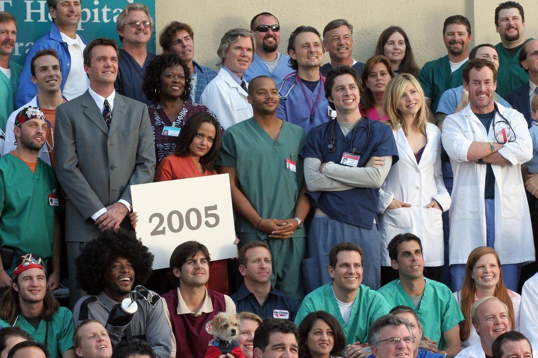 Carla (Judy Reyes , Mitte 3.v.l.) versucht alle Krankenhausangestellten (Mitte v.r.n.l. John C. McGinley , Sarah Chalke, Zach Braff und Donald Faiso... - Bildquelle: Touchstone Television