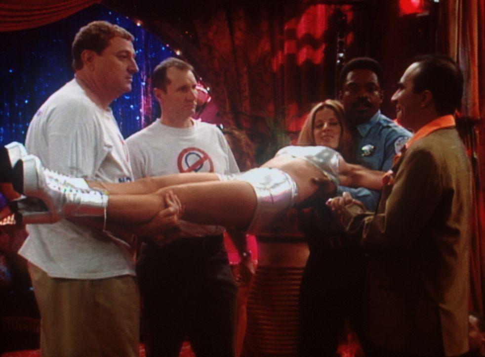 """Al Bundy (Ed O'Neill, 2.v.l.) und seine Freunde von """"No Ma'am"""" wissen nicht so recht, was sie mit ihrem """"Preis"""" anfangen sollen. - Bildquelle: Sony Pictures Television International. All Rights Reserved."""