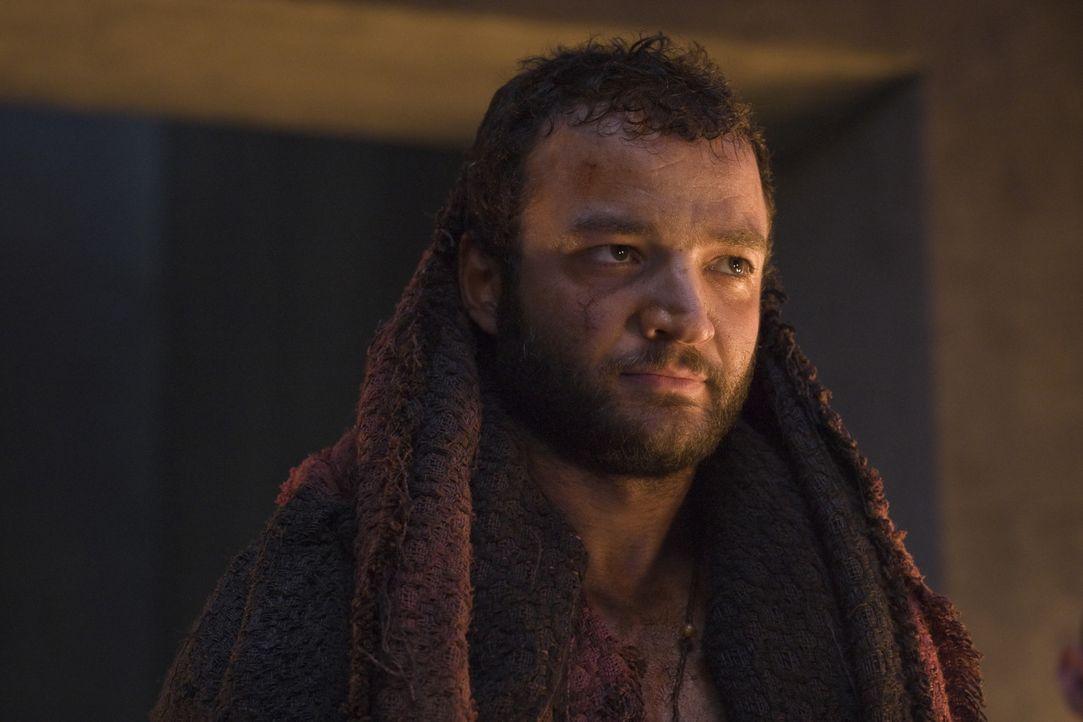 Ashur (Nick E. Tarabay) schließt sich nicht Spartacus' Aufstand an. Stattdessen sucht er seinen Vorteil darin, die Römer im Kampf gegen die entflohe... - Bildquelle: 2011 Starz Entertainment, LLC. All rights reserved.
