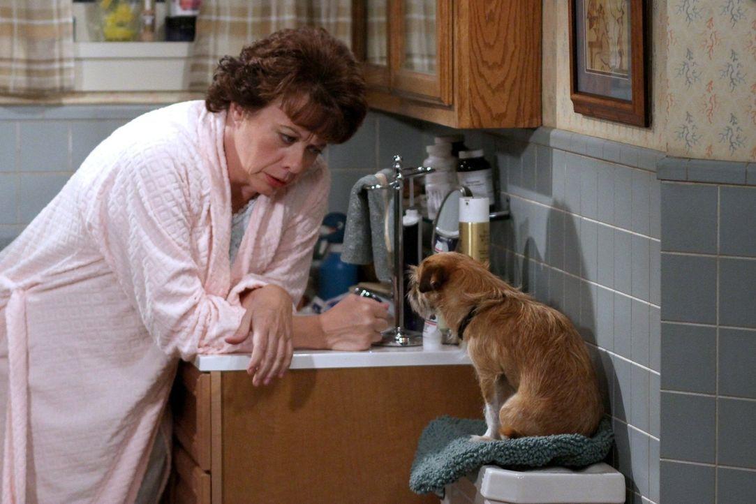 Hat ein ganz besonderes Geburtstagsgeschenk für ihren Freund Dennis: Peggy (Rondi Reed) ... - Bildquelle: Warner Brothers