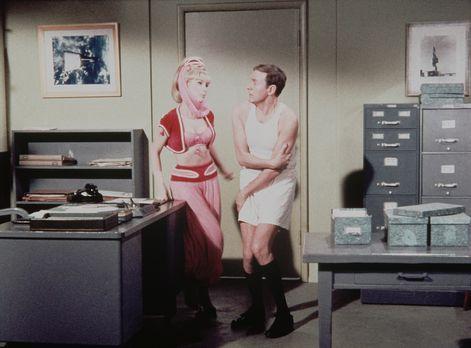 Bezaubernde Jeannie - Jeannie (Barbara Eden, l.) und Roger (Bill Daily, r.) b...