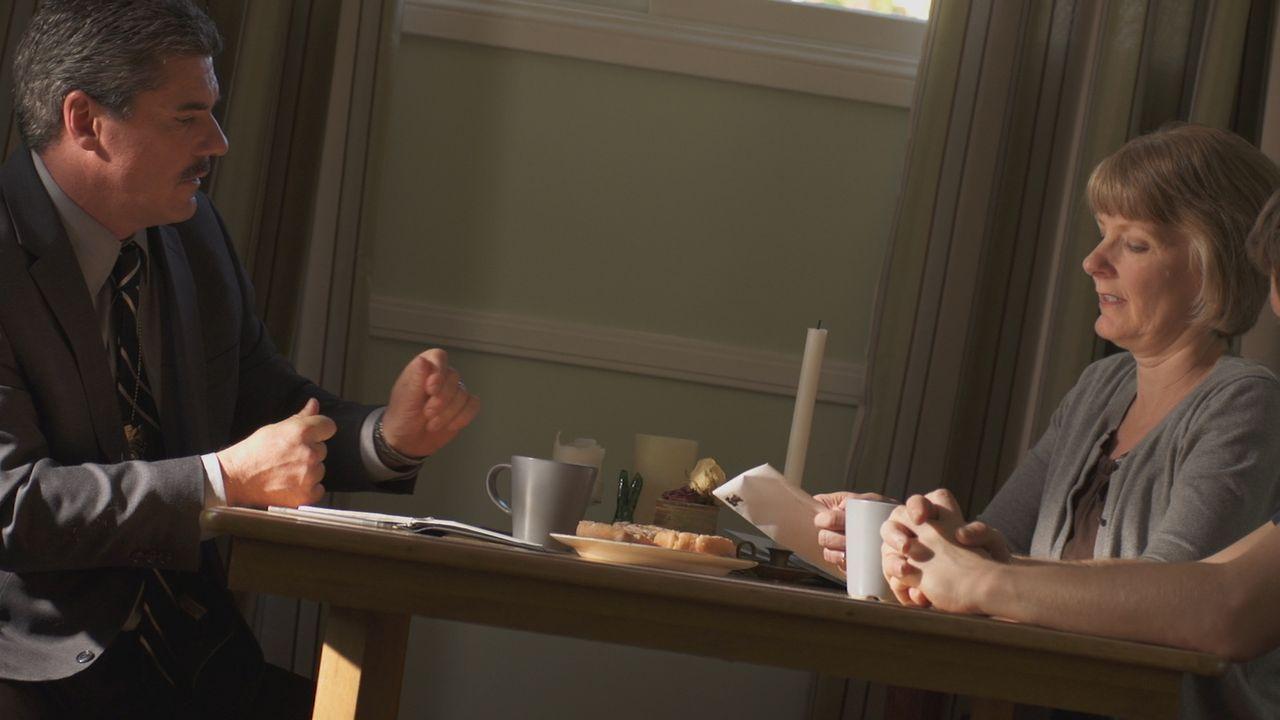 Nach dem Verschwinden von Kirchendiakon Phil Perry aus Upland, Kalifornien befragt der Ermittler seine Frau Christine und Sohn Russell. Doch was ist... - Bildquelle: LMNO Cable Group