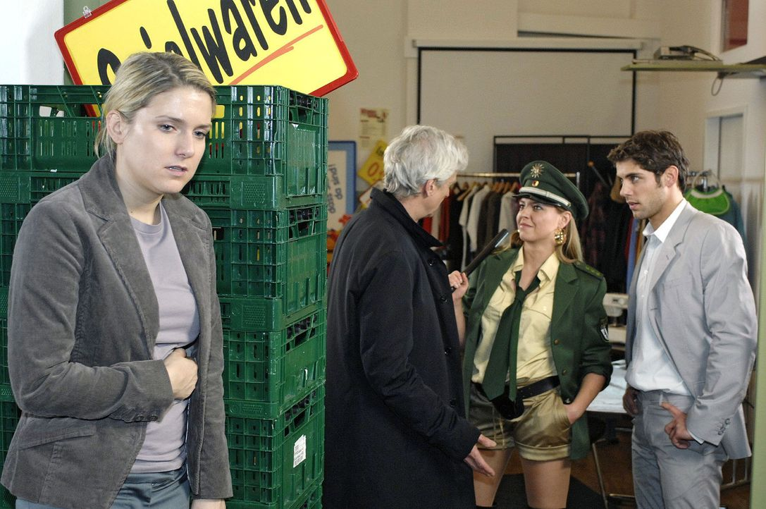Anna (Jeanette Biedermann, l.) belauscht das Gespräch zwischen Robert (Mathieu Carrière, 2.v.l.), Katja (Karolina Lodyga, 2.v.r.) und Jonas (Roy Pet... - Bildquelle: Oliver Ziebe Sat.1