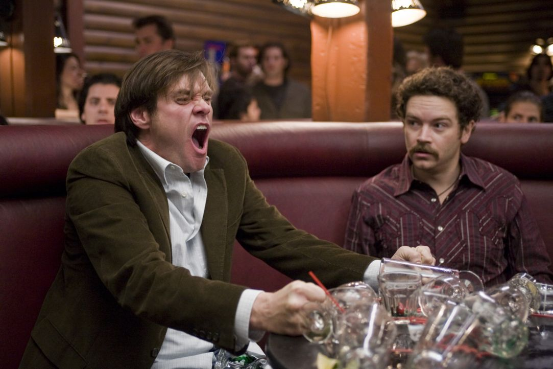 Der Alltag des Pessimisten Carl Allen (Jim Carrey, l.) wird dominiert von seiner negativen Einstellung dem Leben gegenüber. Sein Freund Rooney (Dan... - Bildquelle: Warner Bros.
