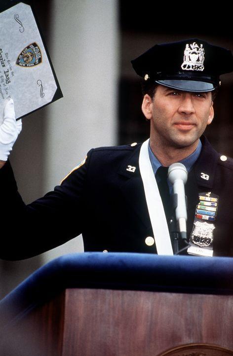 Stolz und überglücklich nimmt der wackere Cop Charlie (Nicolas Cage) seine Auszeichnung entgegen ... - Bildquelle: Columbia TriStar