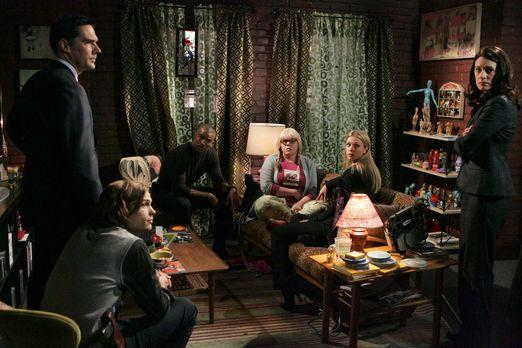 Criminal Minds - Nachdem Penelope (Kirsten Vangsness, 3.v.r.) angeschossen wu...