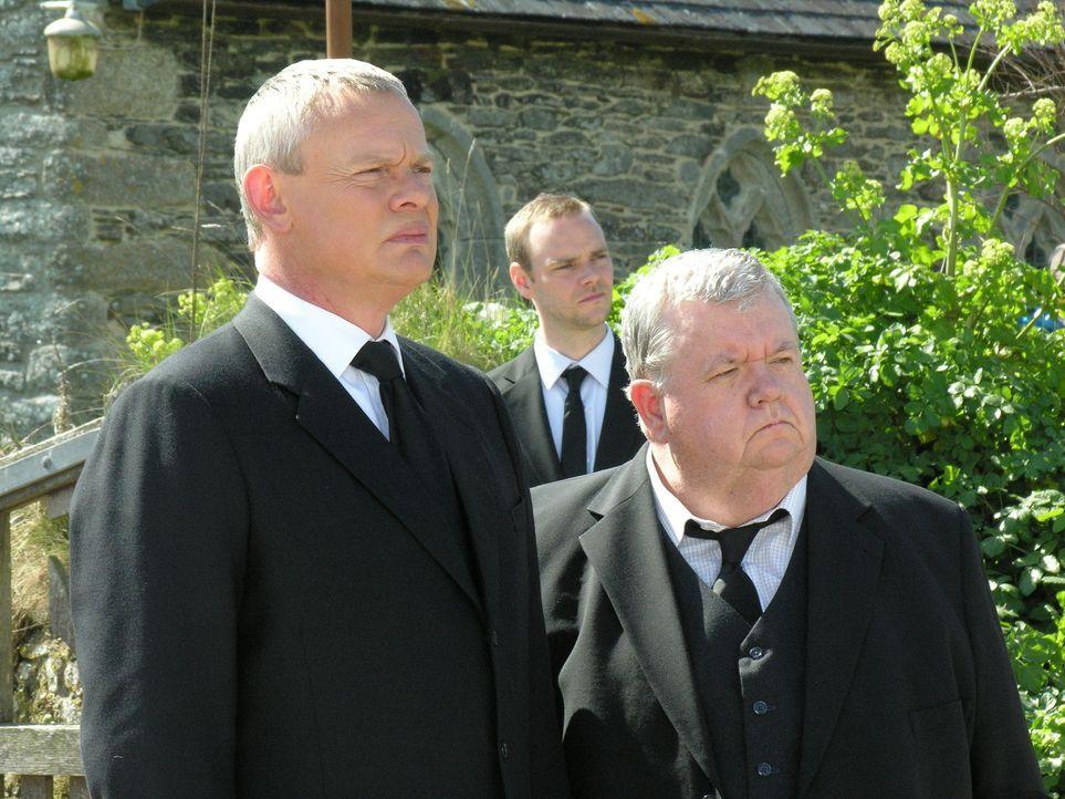 Natürlich geht auf Joans Beerdigung allerlei schief. Und als dann auch noch Sargträger Harry zusammenbricht, müssen Doc Martin (Martin Clunes, l.) u... - Bildquelle: BUFFALO PICTURES/ITV