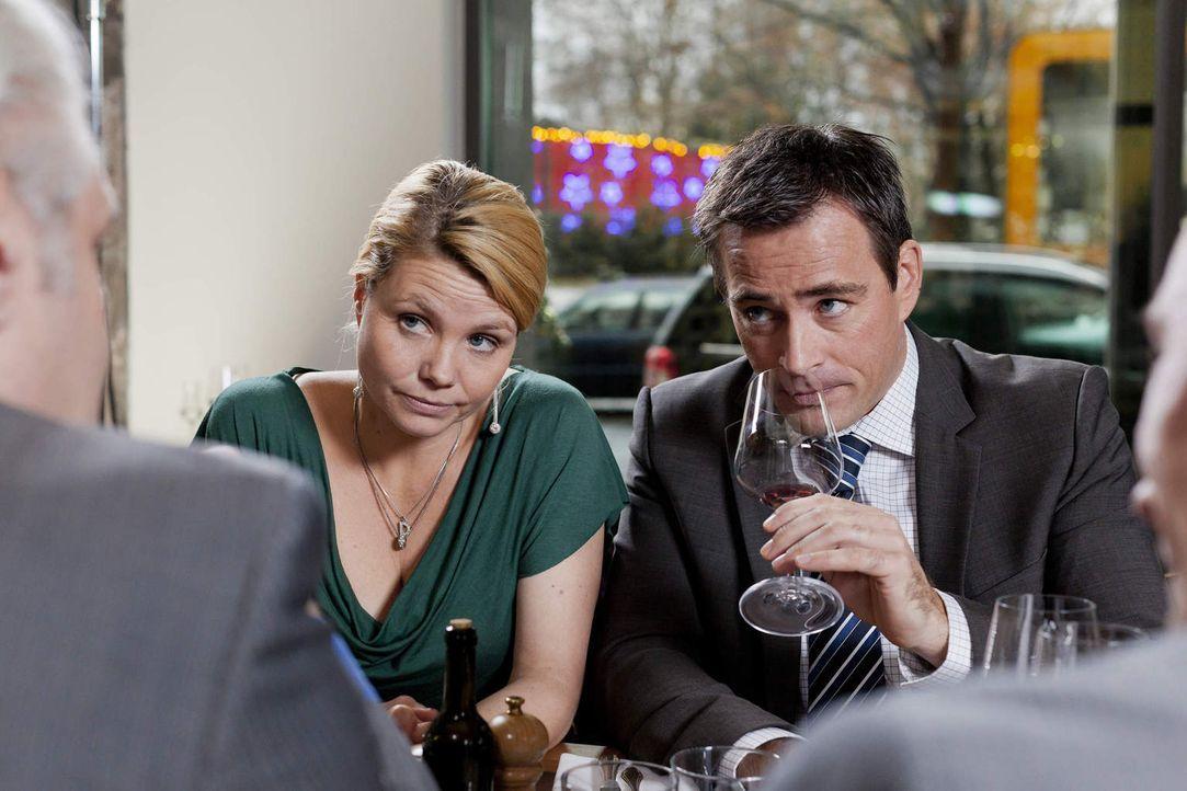 Während Kurt seine eigene Wohnung bezieht, versuchen Danni (Annette Frier, l.) Oliver (Jan Sosniok, r.) einen wichtigen Mandanten für die Kanzlei zu... - Bildquelle: Frank Dicks SAT.1