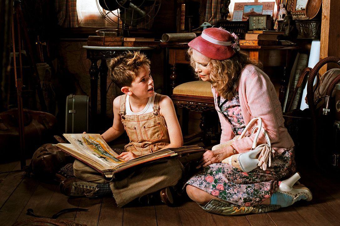 Der kleine Arthur (Freddie Highmore, l.) verbringt die Ferien bei seiner liebevollen Großmutter (Mia Farrow, r.). Als er von den finanziellen Schwie... - Bildquelle: TOBIS Film