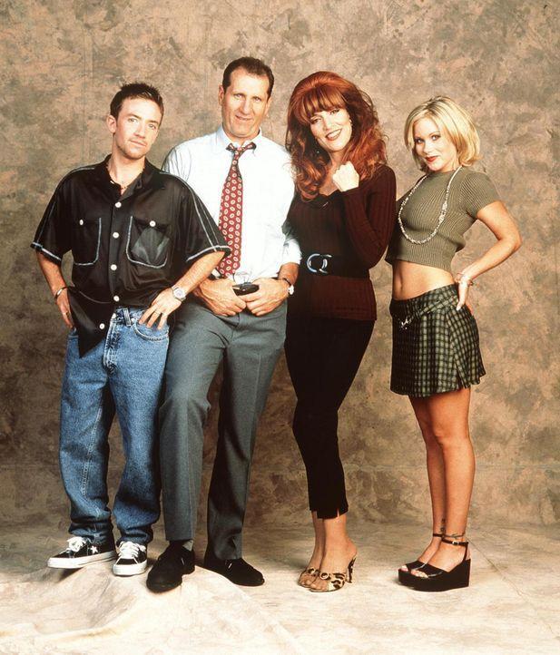 (11. Staffel) - Die Bundys: Bud (David Faustino, l.), Al (Ed O'Neil, 2.v.l), Peggy (Katey Sagal, 2.v.r.) und Kelly (Christina Applegate, r.) - Bildquelle: Sony Pictures Television International. All Rights Reserved.