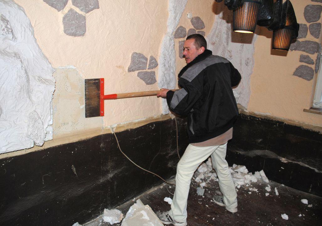 Servicekraft Ulf Lorenz packt tatkräfig bei den Umbauarbeiten mit an ... - Bildquelle: kabel eins