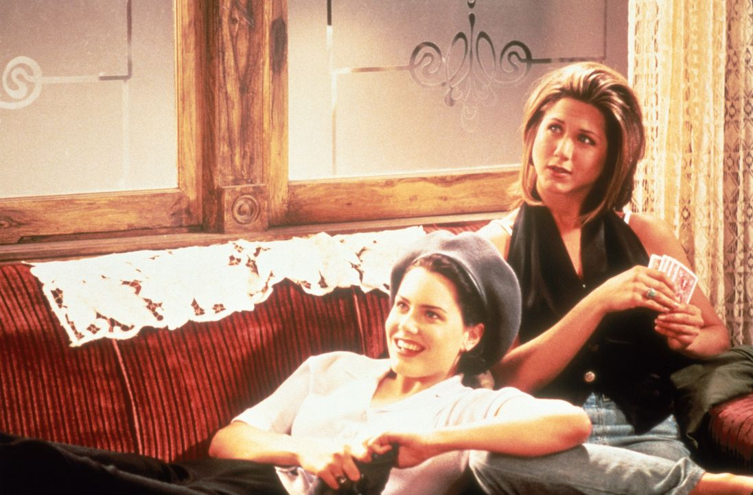 Frankie (Ione Skye, l.) und Allison (Jennifer Aniston) bleiben nur 24 Stunden, um David seiner Partnerin zu entreißen. Gemeinsam starten sie einen... - Bildquelle: Sony Pictures Television International. All Rights Reserved.