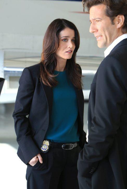 Hat Tommy Volker (Henry Ian Cusick, r.) etwas mit dem Mord an der Journalistin Cassie Flood zu tun? Teresa (Robin Tunney, l.) und Patrick versuchen,... - Bildquelle: Warner Bros. Television