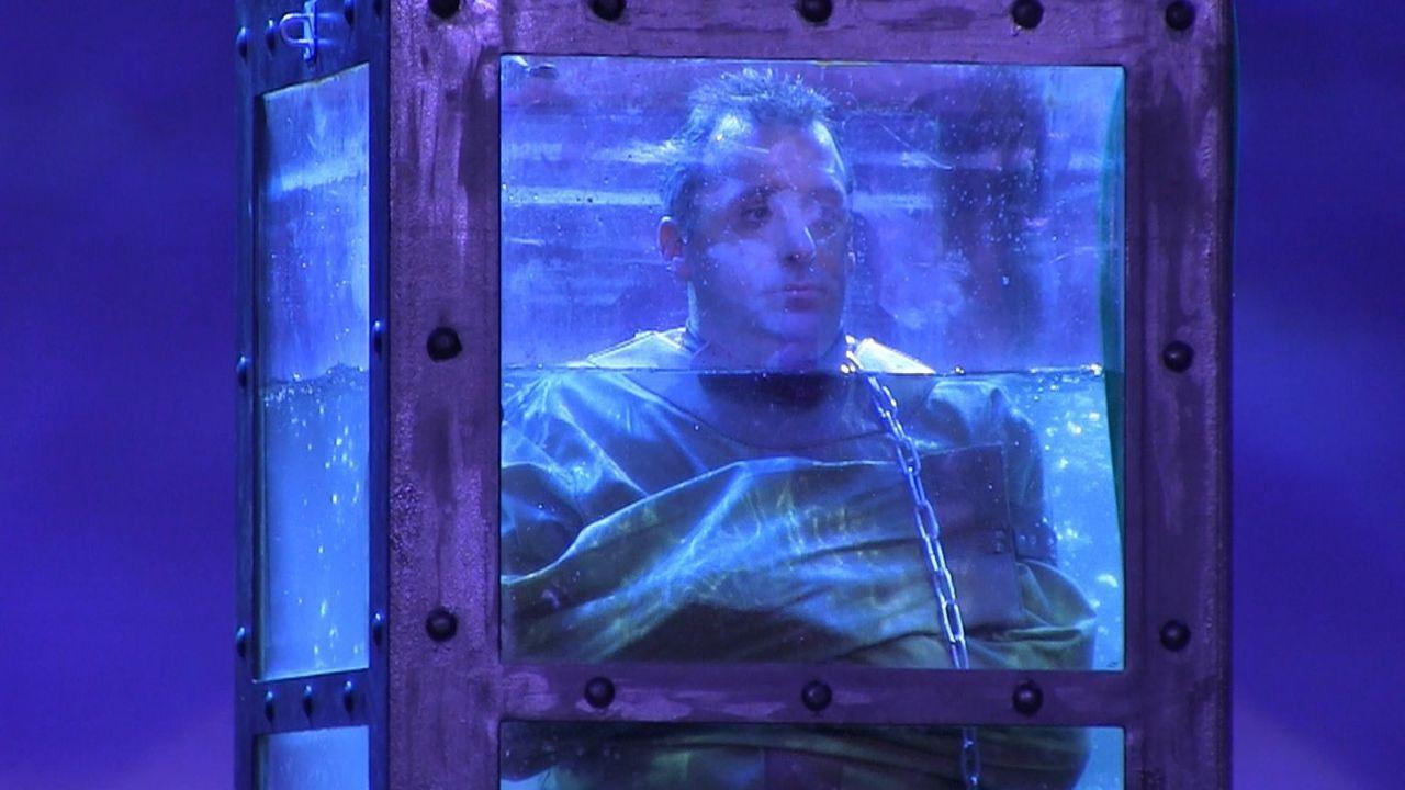 Joe ist wirklich kein Entfesselungskünstler, aber das werden die Zuschauen schon noch früh genug sehen ... - Bildquelle: 2014 Warner Bros.