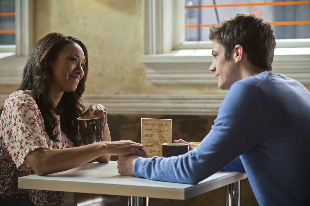 Iris (Candice Patton, l.) befürchtet, dass sie ihren Job verliert, wenn sie nicht endlich etwas Spannendes übe Flash zu berichten weiß. Wird Barry (... - Bildquelle: Warner Brothers.