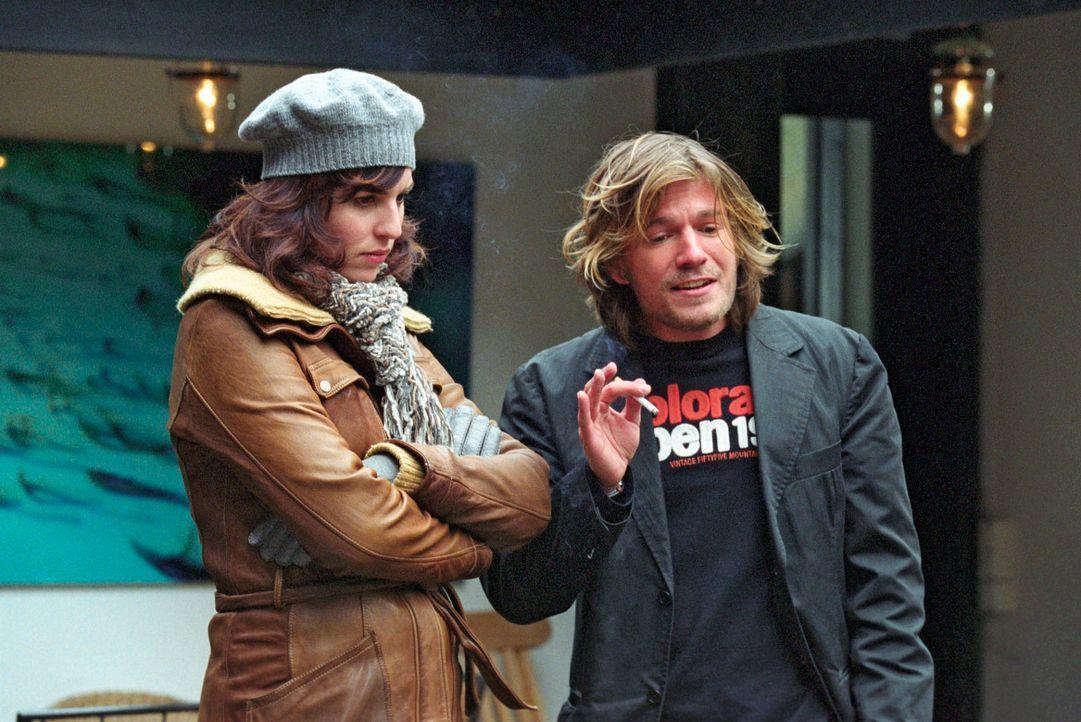 Nina (Elena Uhlig, l.) erfährt von Sebastian van Heugen (Luke J. Wilkins, r.), dass sein Vater eine Affäre mit Anna Bender hatte - ein Umstand, der... - Bildquelle: Christian A. Rieger Sat.1