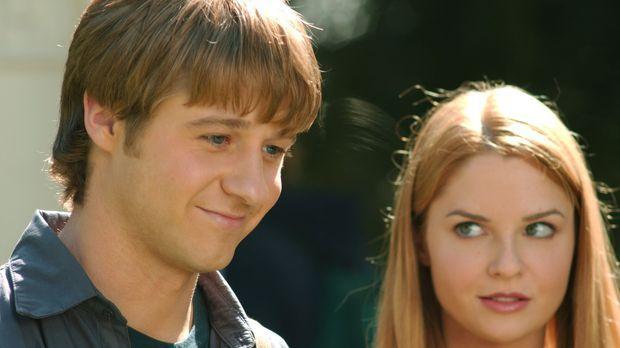 Lindsay (Shannon Lucio, r.) ist eifersüchtig auf Marissa, da diese viel Zeit...