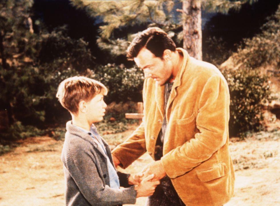 Billy (David Ladd, l.) sucht seinen Vater Vance (Logan Field, r.) auf, der sich im Wald versteckt hält. - Bildquelle: Paramount Pictures