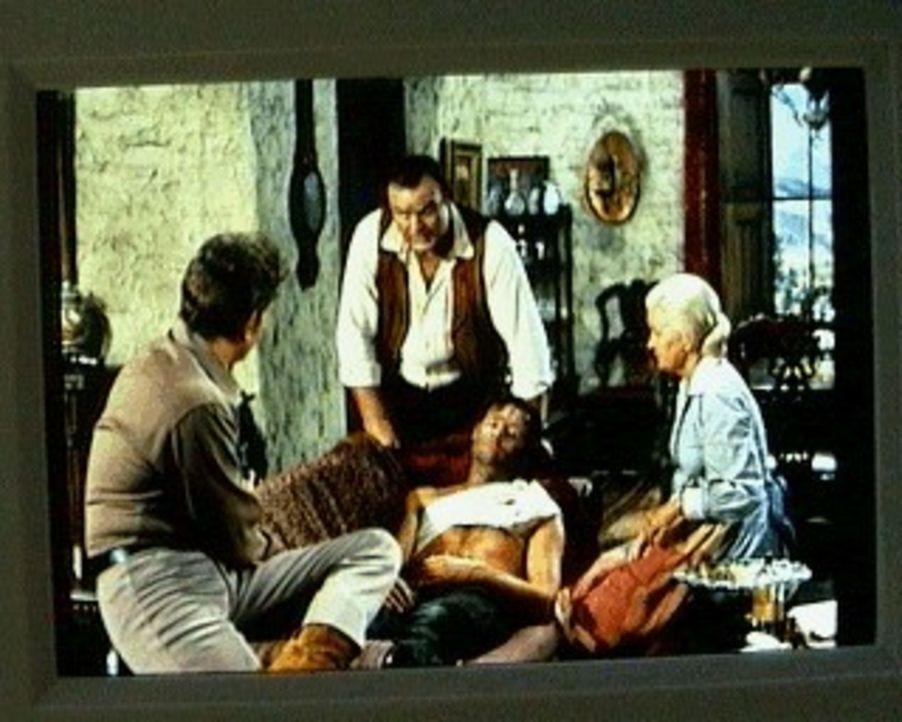 Little Joe (Michael Landon, l.) hat den Bankräuber Buckler (Ron Hayes, M.) schwerverletzt auf dem Grundstück der Ponderosa gefunden. Er nimmt ihn mi... - Bildquelle: Paramount Pictures