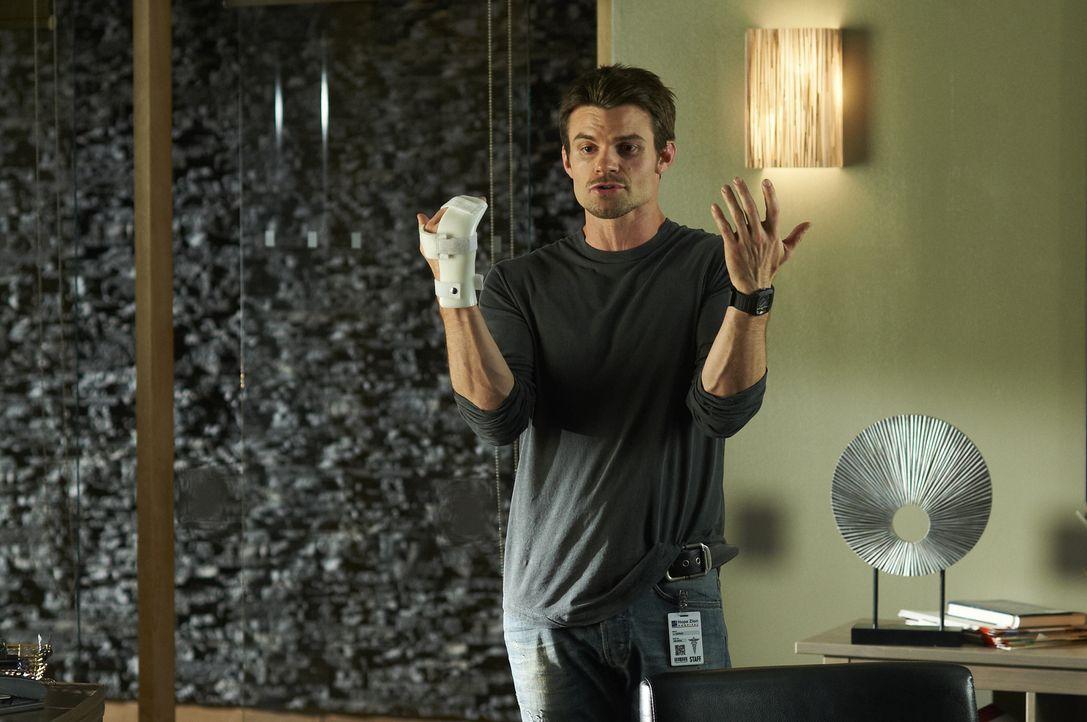 Dr. Joel Goran (Daniel Gillies) hat sich bei einer Kneipenschlägerei die Hand gebrochen, wovon seine Chefin alles andere als begeistert ist ...