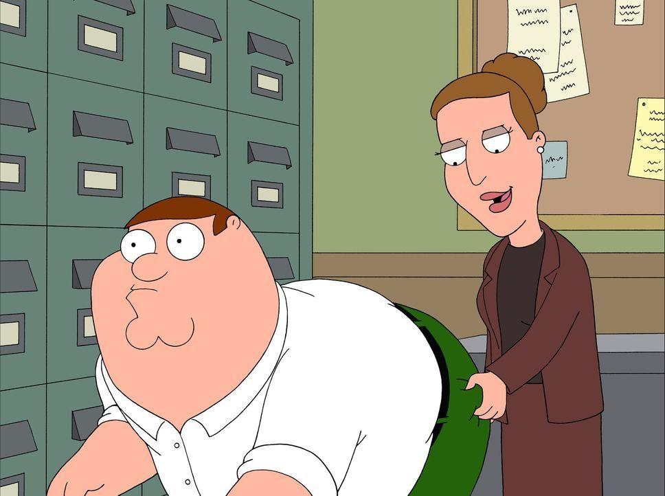 Peter (l.) versucht, den Avancen seiner Chefin Angela (r.) zu entgehen, aber sie droht ihm mit Kündigung. - Bildquelle: 2007-2008 Twentieth Century Fox Film Corporation. All rights reserved.