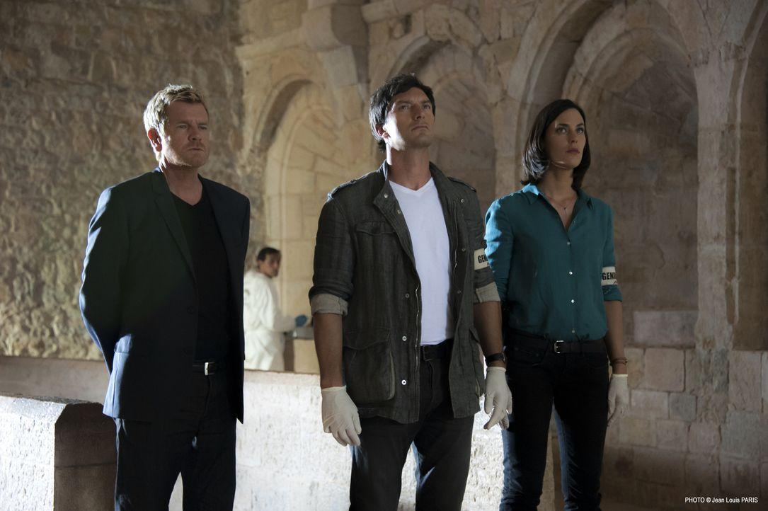 Martin (Xavier Deluc, l.), Lucas (Franck Sémonin, M.) und Roxane (Julie Fournier, r.) werden zu einem alten Drehort eines Horrorfilmes gerufen und f... - Bildquelle: Jean Louis PARIS