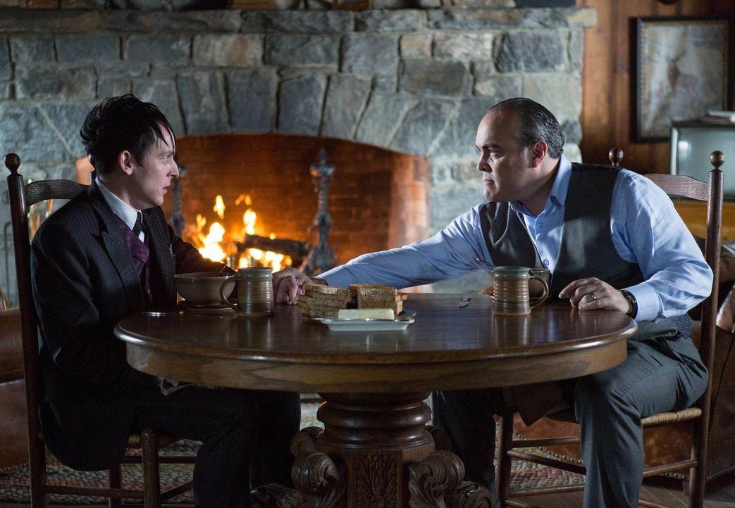 Während Gordon und Bullock einen Mörder jagen, stellt Maroni (David Zayas, r.) die Loyalität von Cobblepot (Robin Lord Taylor, l.) auf die Probe ...... - Bildquelle: Warner Bros. Entertainment, Inc.