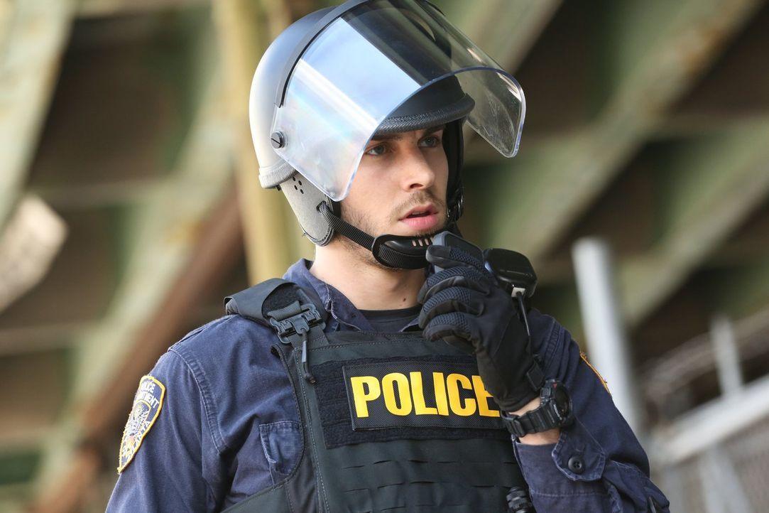 Auch, wenn Jake (Chris Wood) einer der wenigen Polizisten im Bezirk ist, weiß er nicht, welch drastischen Schritt die Regierung als nächstes einschl... - Bildquelle: Warner Brothers