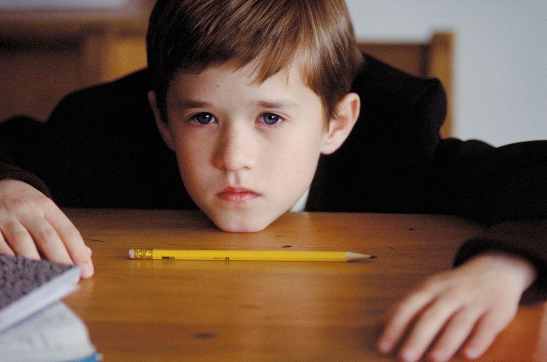 Immer wieder finden die leblosen Geister den Weg zu Cole (Haley Joel Osment). Auch in der Schule bleibt er nicht vor furchterregenden Erscheinungen... - Bildquelle: Buena Vista Pictures
