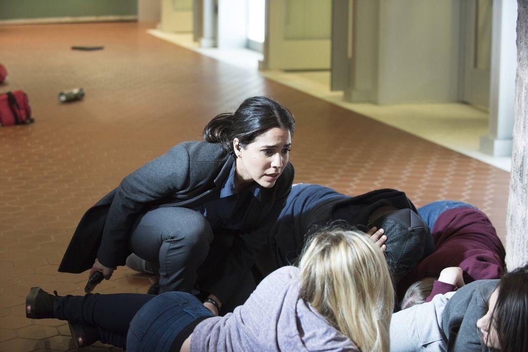 Riskiert alles, um die jungen Studenten sicher aus der Schusslinie der Täter zu bringen: Zapata (Audrey Esparza, l.) ... - Bildquelle: Warner Brothers