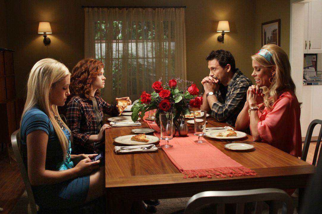 Der Raub von Sheila Shays Puppensammlung erschreckt ganz Chatswin. Dallas (Cheryl Hines, r.) und ihre Tochter Dalia (Carly Chaikin, l.) verbringen a... - Bildquelle: Warner Bros. Television