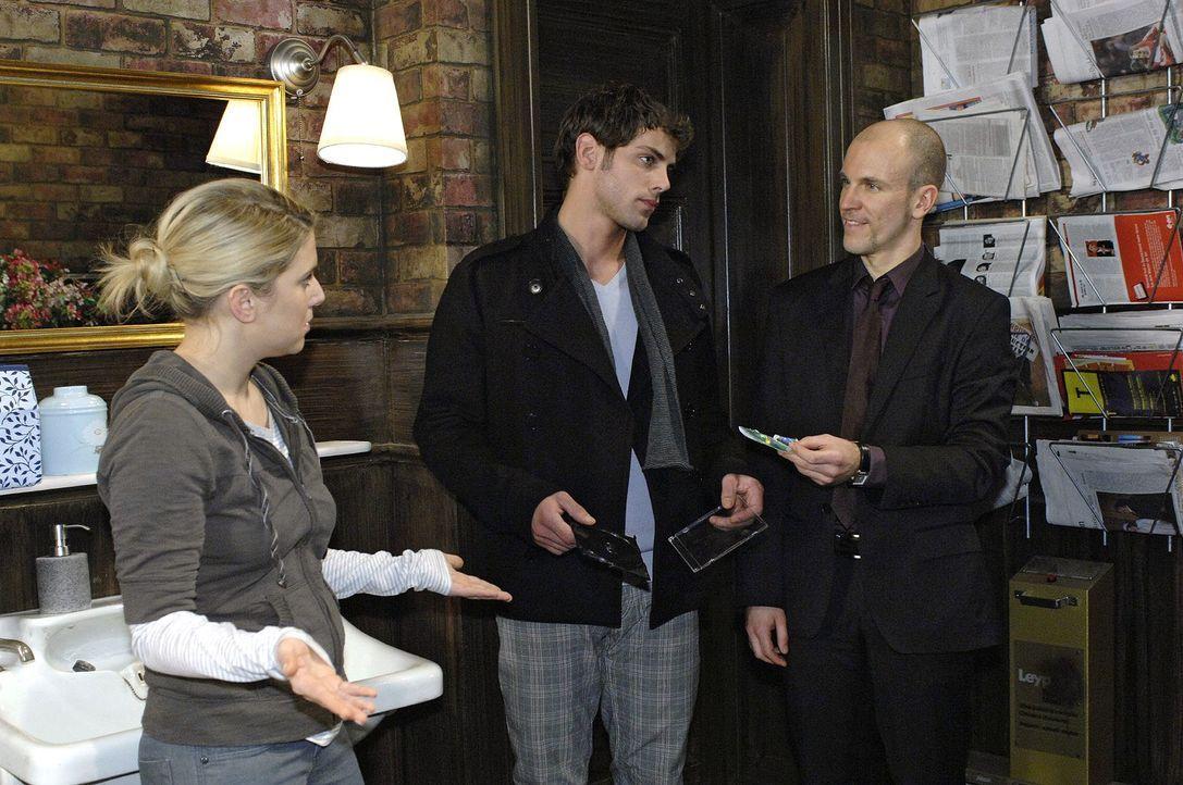 Gerrit (Lars Löllmann, r.) erwischt Anna (Jeanette Biedermann, l.) dabei, wie sie Jonas (Roy Peter Link, M.) die DVD des Spots überreicht. - Bildquelle: Oliver Ziebe Sat.1