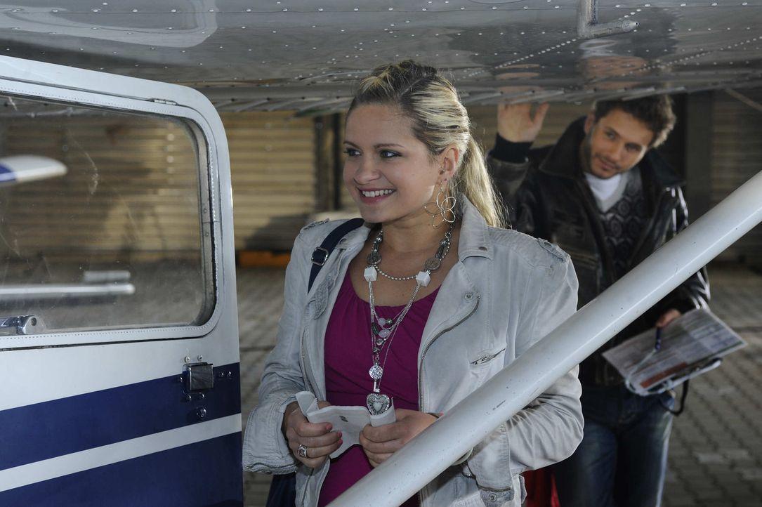 Für Mia (Josephine Schmidt, l.) geht mit einem Rundflug ein lang ersehnter Kindheitstraum in Erfüllung. Doch als sie auf dem Flughafen ankommt, mu... - Bildquelle: SAT.1