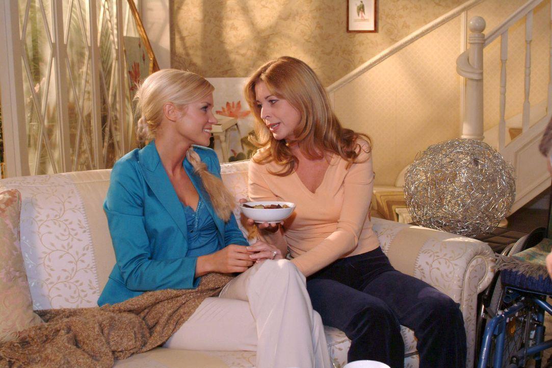 In Laura (Olivia Pascal, r.) findet Sabrina (Nina-Friederike Gnädig, l.) eine verständnisvolle Zuhörerin. - Bildquelle: Monika Schürle Sat.1