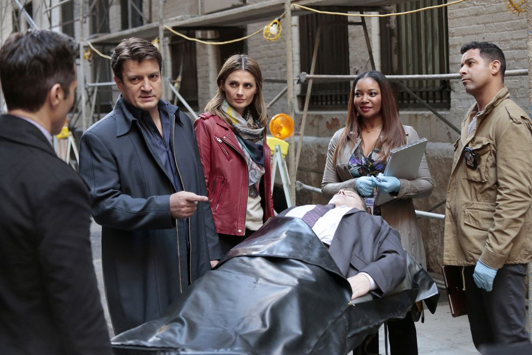 Eigentlich sollten sie sich auf den Mordfall konzentrieren, doch Castle (Nathan Fillion, 2.v.l.) und Kate (Stana Katic, 3.v.l.) veralbern Esposito (... - Bildquelle: Richard Cartwright ABC Studios
