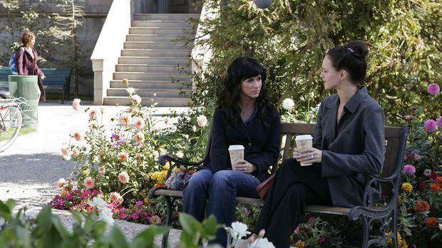 Lisa (Susan May Pratt, r.) wendet sich Hilfe suchend an Melinda (Jennifer Lov...