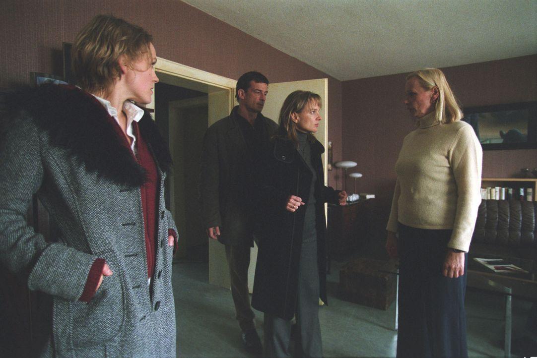 Vor den Augen von Steiner (Thomas Sarbacher, 2.v.l.) und Charlotte Seemann (Caroline Scholze, l.) kommt es zum Eklat zwischen den Freundinnen Anke (... - Bildquelle: Martin Kurtenbach Sat.1