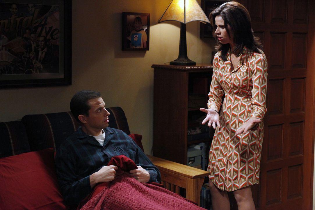 Nachdem Alan (Jon Cryer, l.) Gail angemacht hat, hält ihm Chelsea (Jennifer Taylor, r.) eine Standpauke - wobei er nicht zuhört ... - Bildquelle: Warner Bros. Television