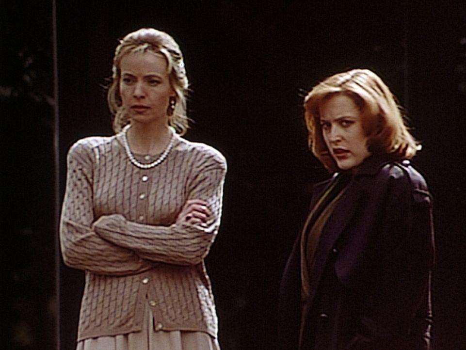 Judy Bishop (Dey Young, l.) erzählt der FBI-Agentin Dana (Gillian Anderson, r.) von dem seltsamen Verhalten ihrer neun-jährigen Tochter Michelle ... - Bildquelle: TM +   2000 Twentieth Century Fox Film Corporation. All Rights Reserved.