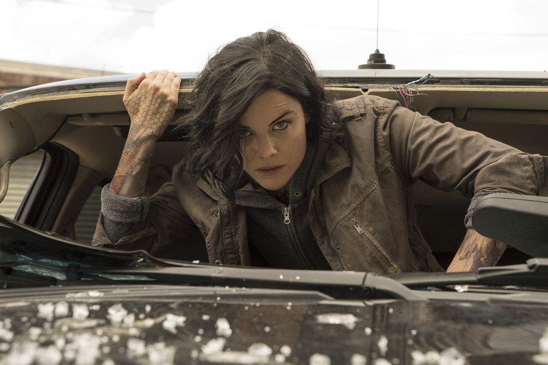 Nach und nach sieht Jane (Jaimie Alexander) bruchstückhafte Details aus ihrer Vergangenheit. Doch wird ihr das bei der Suche nach ihrer Identität wi... - Bildquelle: Warner Brothers