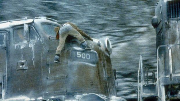 Express in die Hölle - Verzweifelt versucht Manny (Jon Voight), die Maschine...