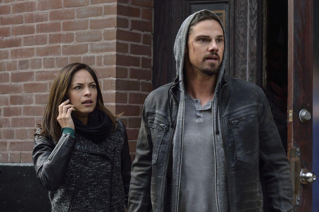 Da das DHS nun fest davon überzeugt ist, dass Cat (Kristen Kreuk, l.) und Vincent (Jay Ryan, r.) nicht nur für den Tod von Agent Hill, sondern auch... - Bildquelle: Ben Mark Holzberg 2016 The CW Network. All Rights Reserved.