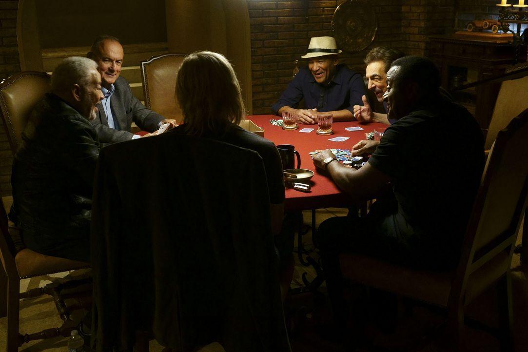Nachdem das Team einen neuen Fall untersucht hat, wartet ein Männer-Pokerabend auf einen Teil davon: Bill Withers (Bill Withers, l.), Joe Walsh (Joe... - Bildquelle: Monty Brinton ABC Studios
